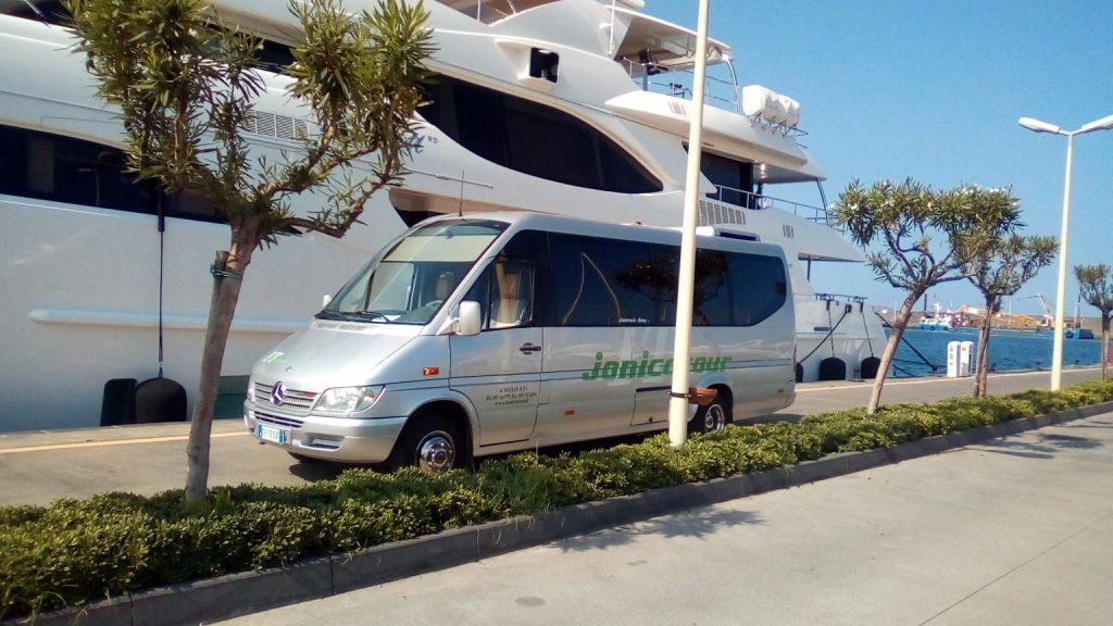Minibus per escursioni a fianco a yatch