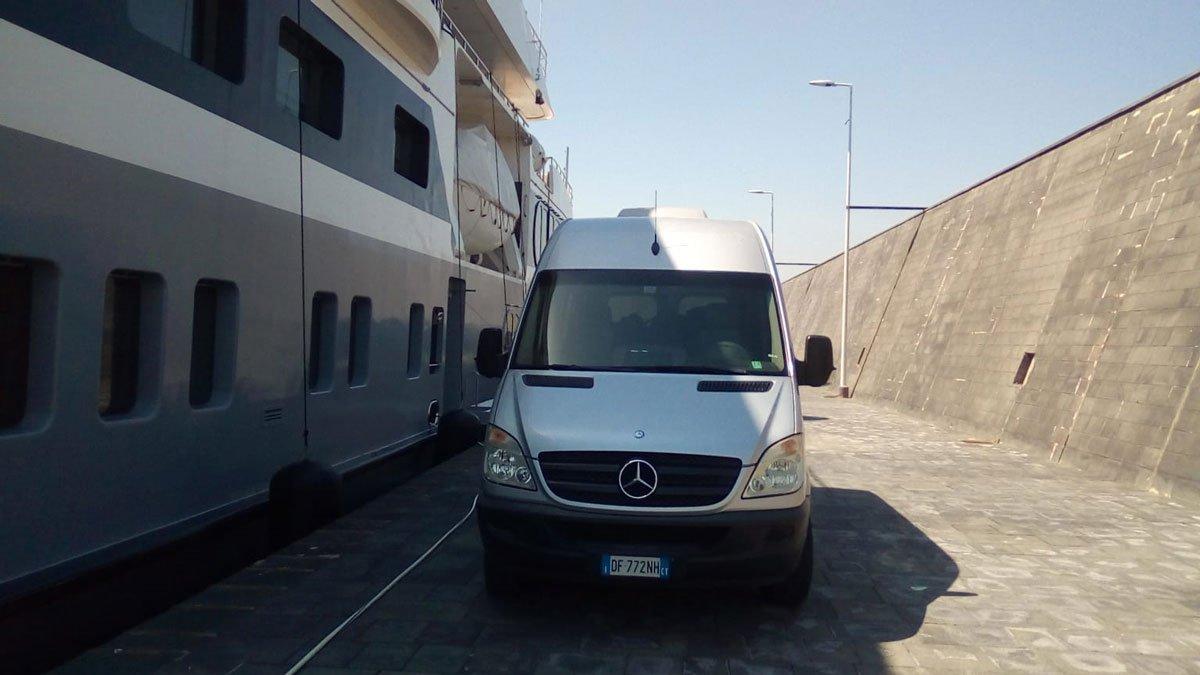 minibus con yatch