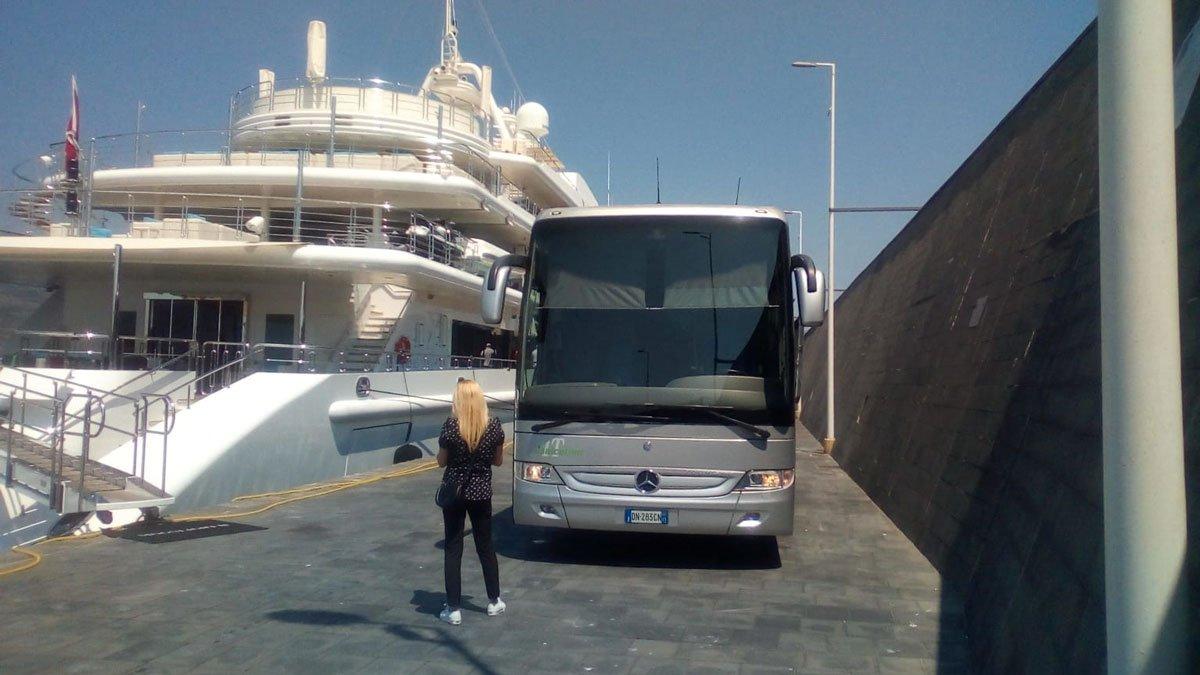 Автобус Jonicatour GT для круизных пассажиров в порту Катания